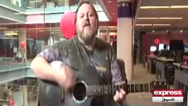 American Musician sings 'Dil Dil Pakistan'