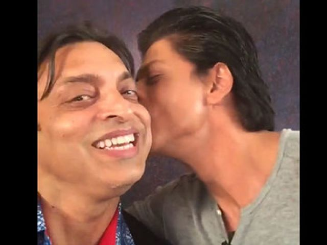 Shoaib gets kiss from Shahrukh
