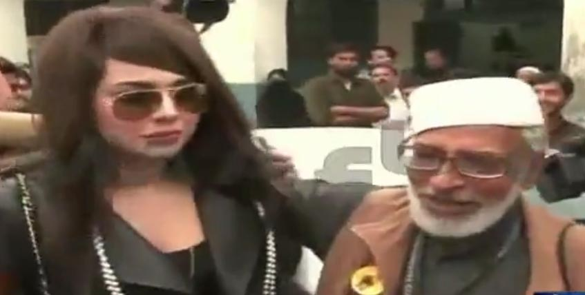 Old man presents necklace to Ayyan Ali