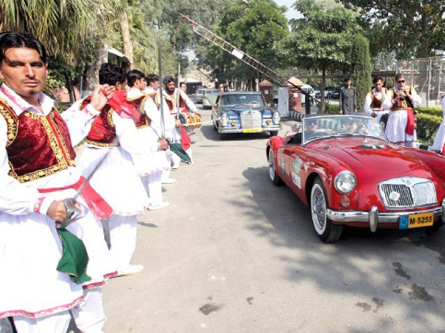 Vintage car rally pulls crowds in Peshawar