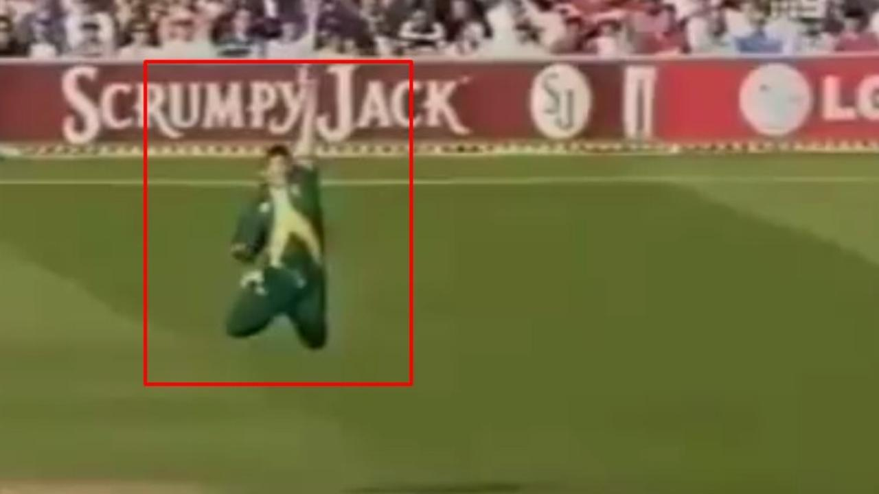 6 Jonty Rhodes miracle cricket catches