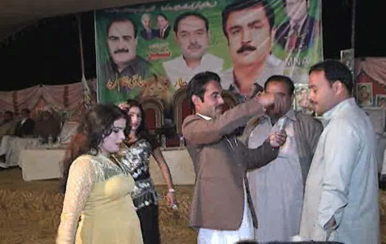 Siddqui Baloch brings female dancers in Lodhran