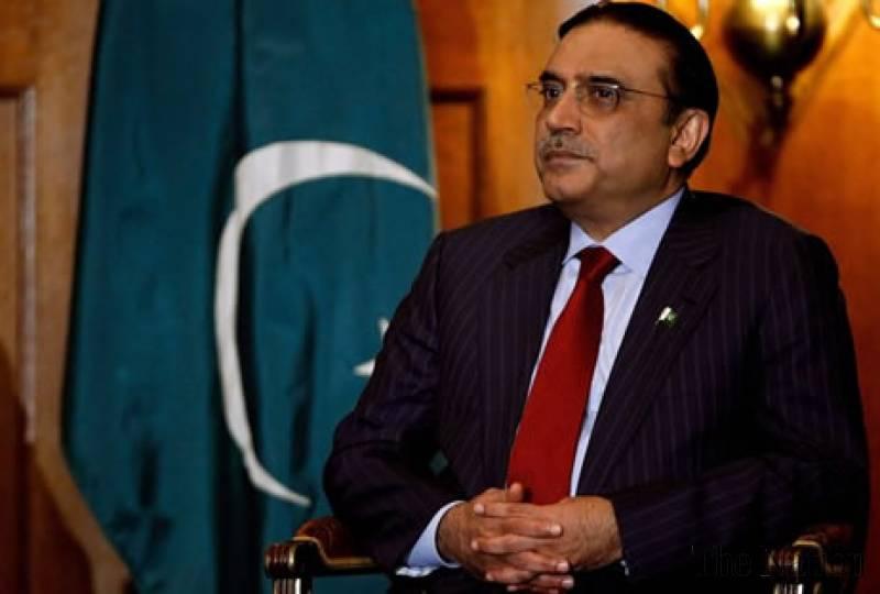 Asif Zardari writes a chit to Raheel Sharif