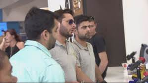 Pakistan cricket fan comes to Shahid Afridi & Ahmad Shahzad's