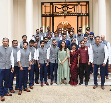 بھارتی کرکٹ ٹیم کے ساتھ تصویر،بورڈ اورانوشکا پرتنقید