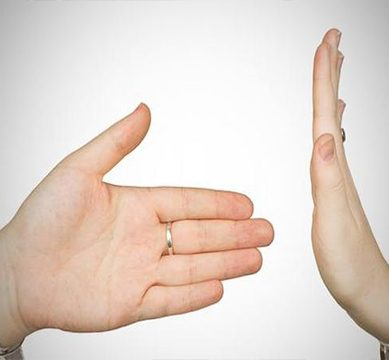 یورپین کنوینشن برائے انسانی حقوق اس کا حق دیتا ہے،مسلمان خاتون نے ہاتھ نہ ملانے پر امتیازی سلوک کا مقدمہ جیت لیا