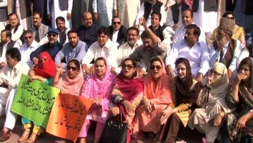 ن لیگ کا اراکین کے ایوان میں داخلے پر پابندی کیخلاف پنجاب اسمبلی کے باہر احتجاج