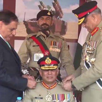 لیفٹیننٹ جنرل حمود الزمان کو کرنل کمانڈر کے بیجز لگادئے گئے۔