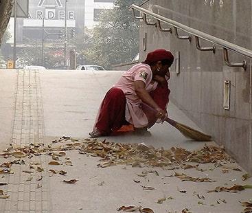 بھارت میں جمعدار اور خاکروب کی آسامیوں کے لیے ڈگری ہولڈر کی لائن لگ گئی۔