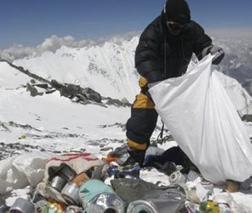 کوہ پیمائوں نے کچرا پھیلا دیا، ماؤنٹ ایورسٹ بیس کیمپ جانے پر پابندی