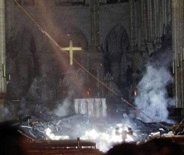 پیرس  کے قدیم گرجا گھر میں آتشزدگی سے مینار گرگیا