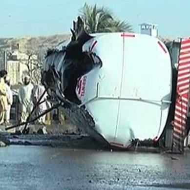 کراچی میں گلبائی پل پرآئل ٹینکر الٹ گیا، خوفناک آتشزدگی