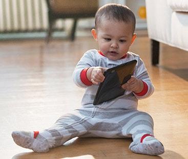 شیر خوار بچے ٹیبلٹ اور موبائل فون نہ استعمال کرے