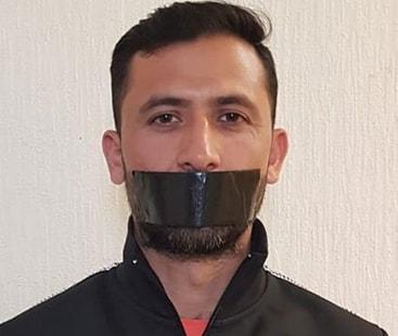 ورلڈکپ سے ڈراپ کرنے پر جنید کا منہ پر ٹیپ لگا کر منفرد انداز میں احتجاج