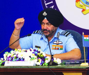 مگ-21 طیارے جتنی پرانی کار کو بھی کوئی نہ چلائے: بھارتی ایئر چیف پھٹ پڑے