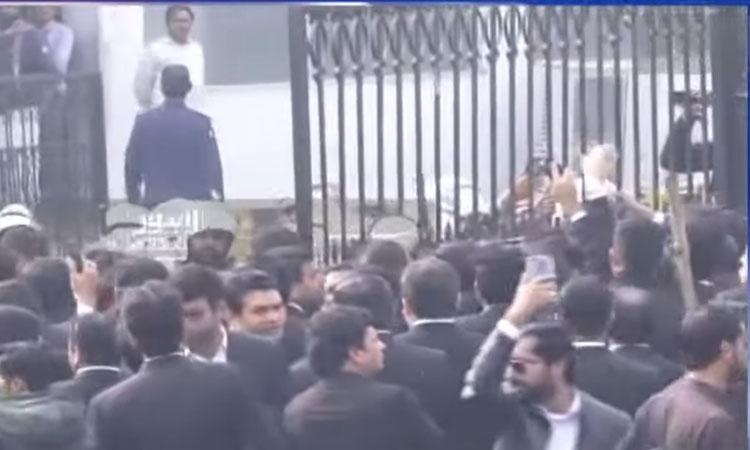لاہور میں وکلاگردی پنجاب انسٹیٹیوٹ آف کارڈیالوجی میں دھاوا، توڑ پھوڑ  حالات قابو سے باہر