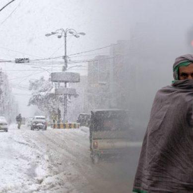 ملک بھر میں شدید ٹھنڈ پہاڑوں پر برف باری کراچی میں بھی شدید سردی پڑے گی