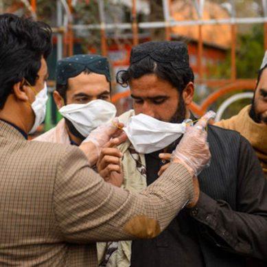 کورونا وائرس سے بچانے والے حفاظتی ماسک کی قیمت میں سو گنا اضافہ