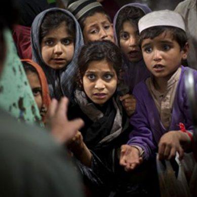 پاکستان میں پیدا ہونے والے مقروض بچے