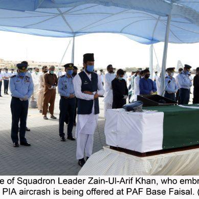 پی آئی اے طیارہ حادثہ:اسکواڈرن لیڈرزین العارف خان کی نماز جنازہ پی اے ایف بیس فیصل میں ادا