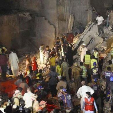 کراچی : پانچ منزلہ عمارت منہدم ، مزید 30 افراد ملبے تلے دبے ہونے کا خدشہ