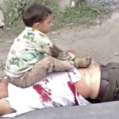 بھارتی فوج کی بربریت،معصوم نواسے کے سامنے نانا کو گولی ماردی