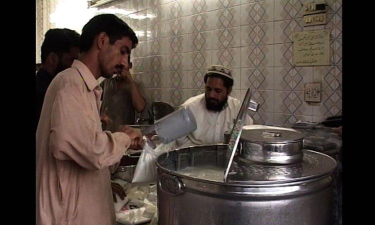 کراچی میں مہنگا دودھ فروخت کرنیوالوں کیخلاف کریک ڈاؤن
