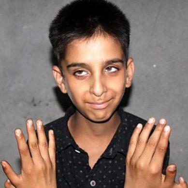 چار انگوٹھوں کی مدد سے وڈیو گیم جیتنے والا بچہ