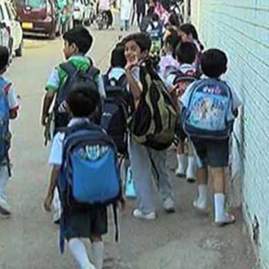 طویل چھٹیوں کے بعد بچوں کی اسکول واپسی والدین خوشی سے نہال