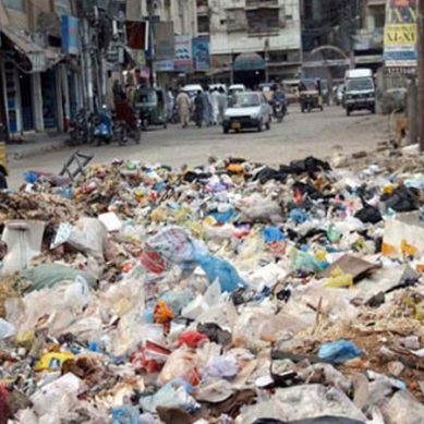 کچرے کا ڈھیر بنے کراچی میں بیماریاں سر اٹھا رہی ہیں