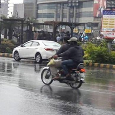 موسم سرما کی پہلی بارش ،کراچی والے جیکٹ ،لحاف نکالنے پر مجبور