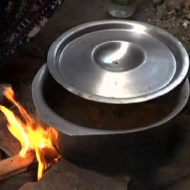 گیس کی بندش: شہری لکڑی اور کوئلے پر کھانابنانے پر مجبور