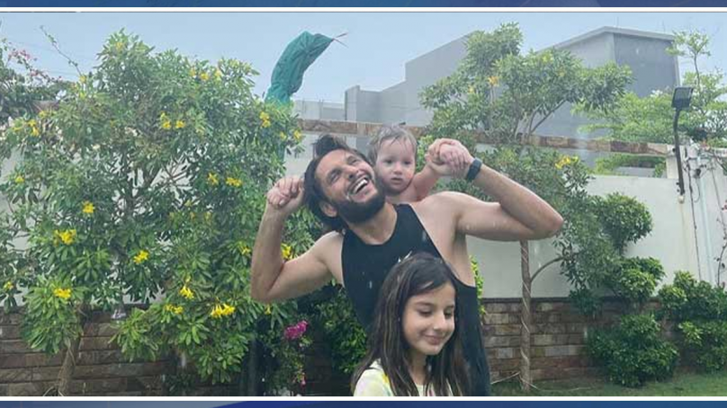 کراچی کی بارش میں سابق کپتان شاہد آفریدی بھی جھوم اٹھے
