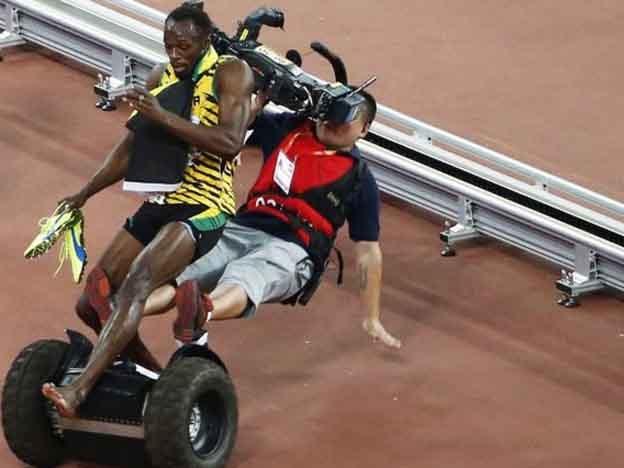 Usain Bolt knocked down by a cameraman in Beijing