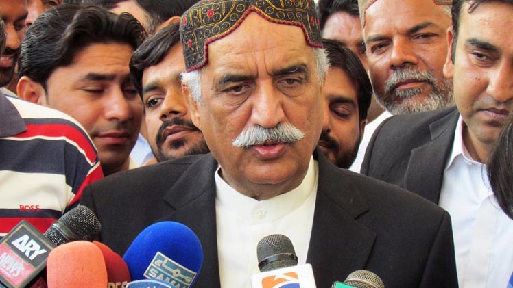 Px28-048 SUKKUR: Feb28 – Opposition Leader in the National Assembly Syed Khursheed Shah talking to media persons at Sukkur Airport. ONLINE PHOTO by S P Khan