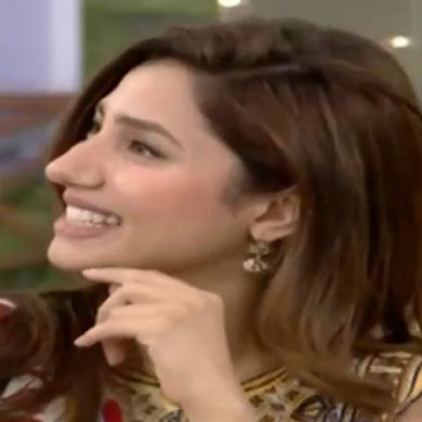 Pakistan's Famous Actress Cried At Airport