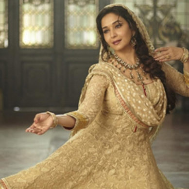 Madhuri Dixit Performs On Deewani Mastani