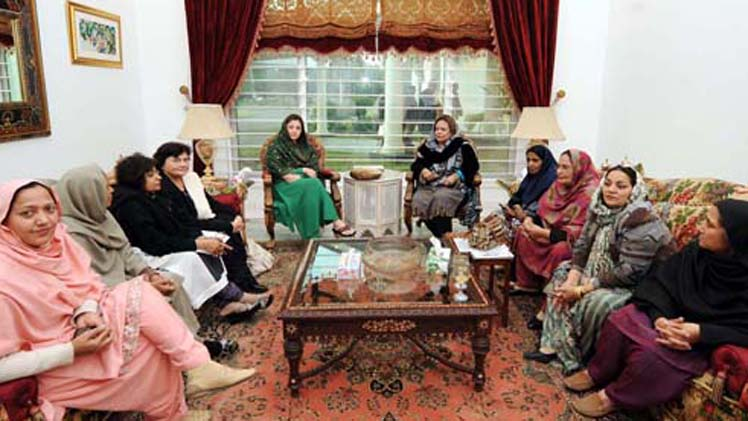 LAHORE, PAKISTAN, JAN 10: Muslim League-N leader, Mariyam Nawaz holds talks with PML-N Women Wing workers in Lahore on Tuesday, January 10, 2012. MNA Shireen Arshad also seen in picture. (PPI Images).