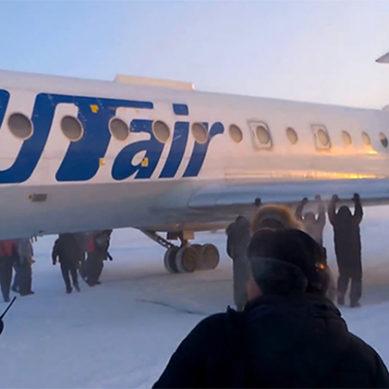 Siberia: Passengers Push Frozen Plane To Runway