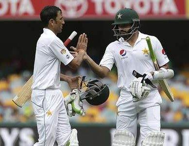 Aussies Grab Quick Wickets, Pakistan Struggle