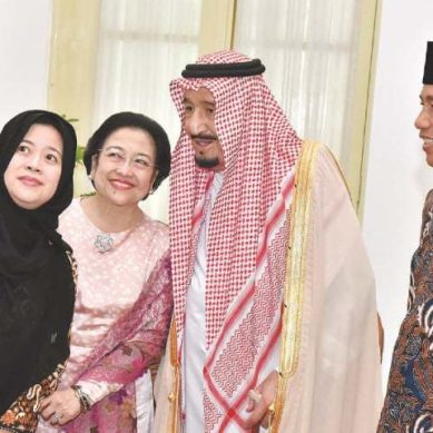 King Salman Embraces 'Selfie' On Asia Tour