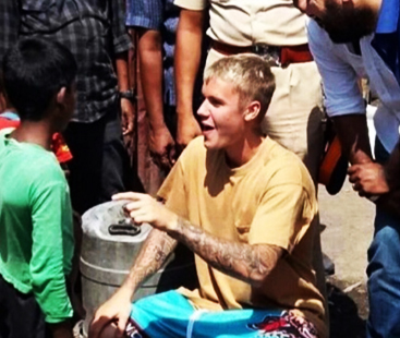 Justin Bieber Plays Football With Indian Kids