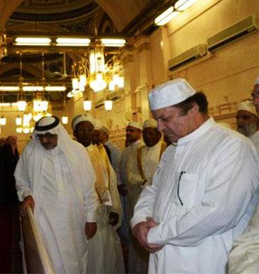 PM Offers Prayers At Masjid-e-Nabvi