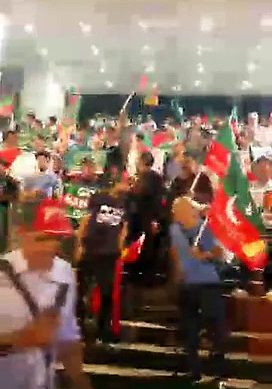 PTI Workers Welcomes PM Nawaz At Hong Kong Airport