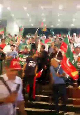 PTI Workers Welcomes PM Nawaz At Hong Kong Airport
