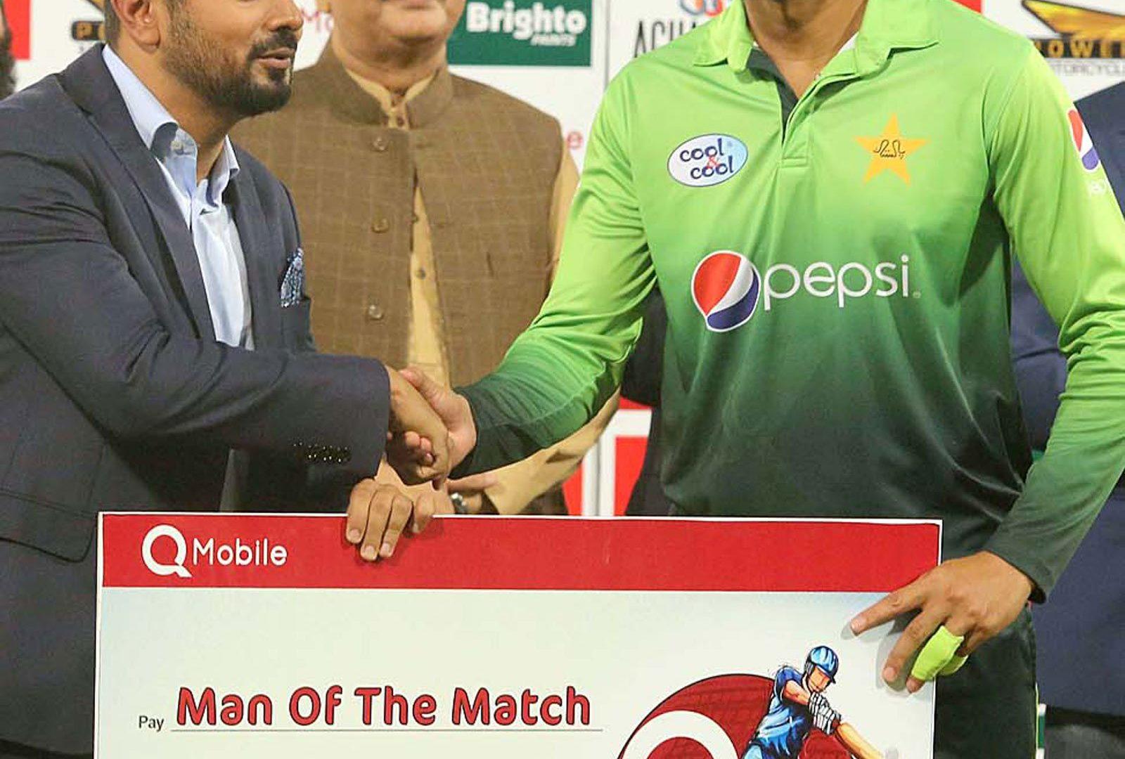 Shoaib Malik receives the man of the match award after winning third and last T20 International cricket match between Pakistan and Sri Lanka: Photo: APP
