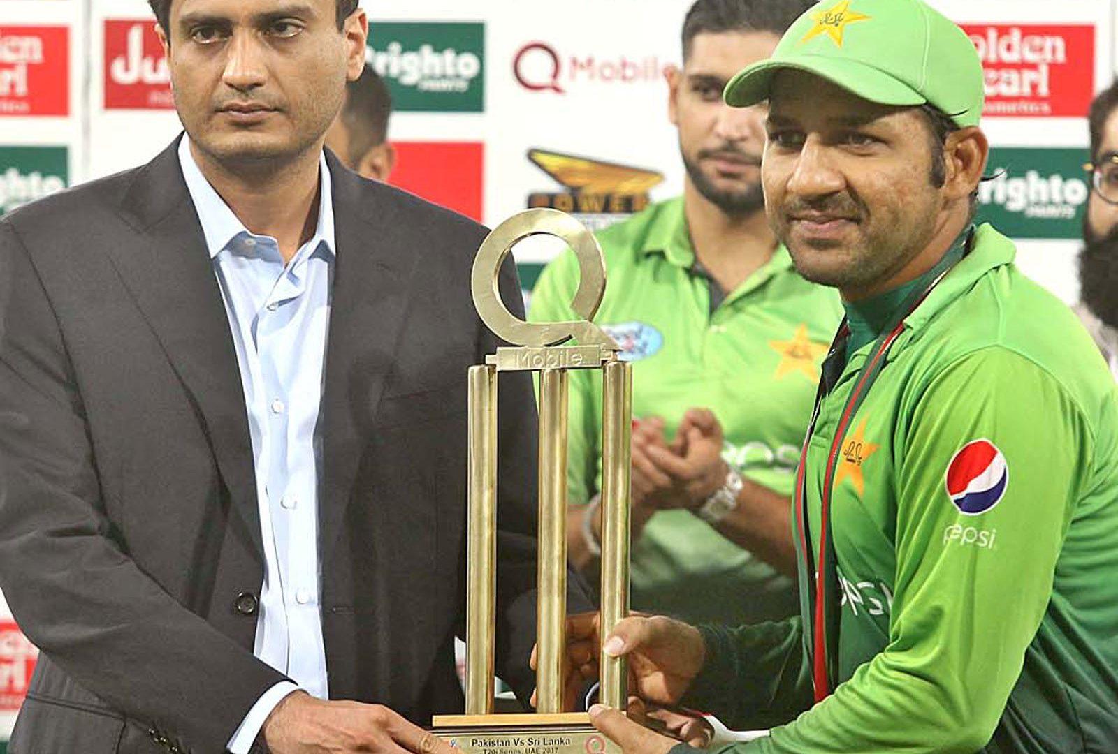 Pakistan cricket team captain Sarfraz Ahmad receiving winning trophy after winning third and last T20 International cricket match between Pakistan and Sri Lanka at the Gaddafi Stadium. Photo: APP