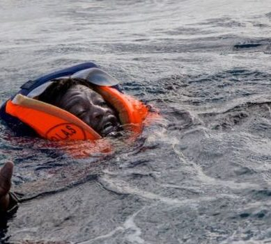 The story behind the dramatic photo of the migrant who almost drowned in the Mediterranean