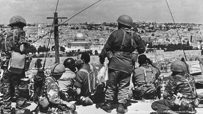 East Jerusalem returns to Israel In 1967, Israel waged the Six Day War against Egypt, Jordan and Syria. Conquer the Sinai, the Gaza Strip, the West Bank, the Golan Heights and East Jerusalem. Israeli paratroopers make their way to the old town and arrive at the Western Wall for the first time since 1949. Officially, East Jerusalem is not annexed, but administratively integrated.
