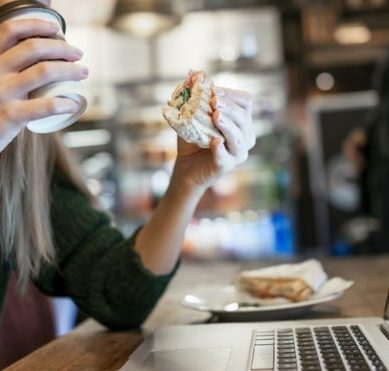 7 different (and curious) ways in which workers eat lunch in the world